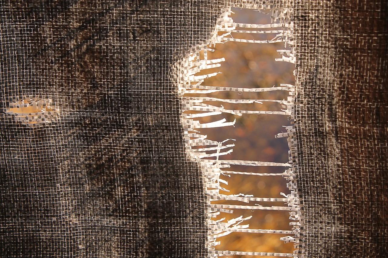 Ein Stück Tuch, das einen Riss hat