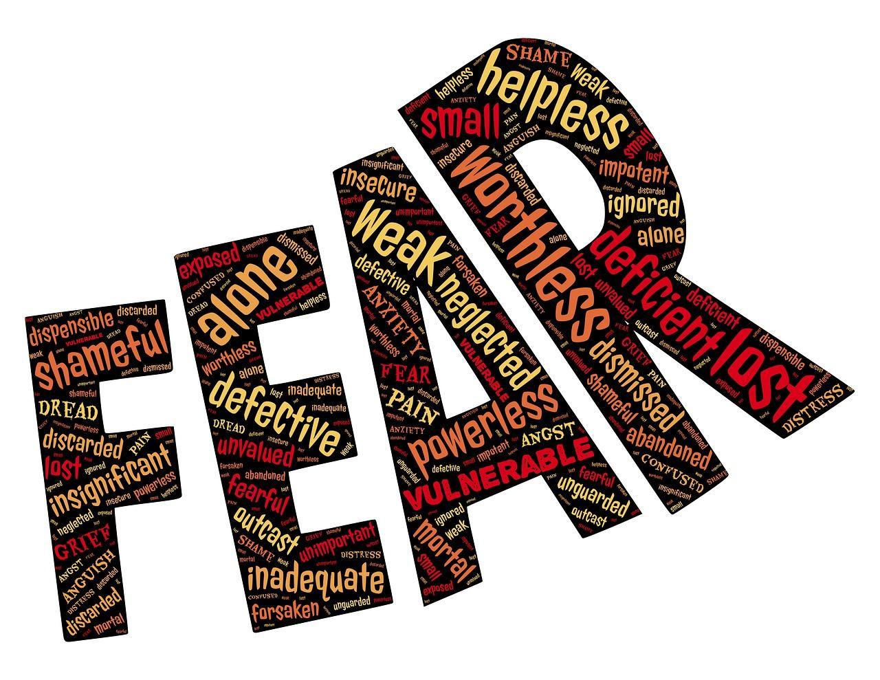 """Der Schriftzug """"Fear"""" vergößert sich zum Ende hin - wie eine Angststörung, die nicht beachtet wird"""